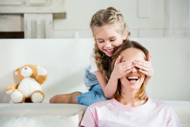 Public school vs. homeschool : Mom playing with homeschool kid